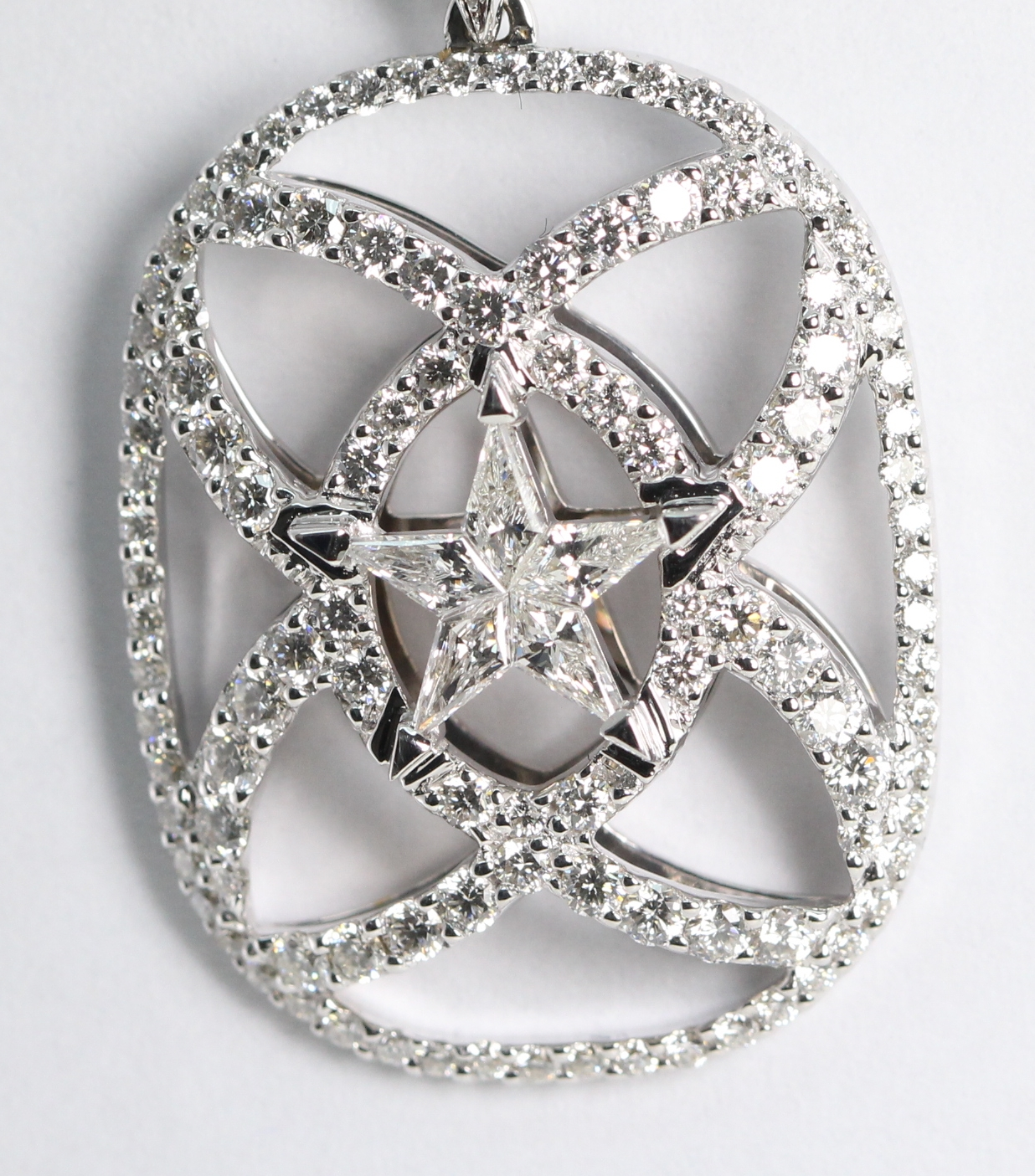 invisible gold purchasing ct is set white color a shaped cut an htm what kite pendants star setting h pendant diamond